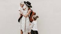 <p>Foto keluarga makin cantik dengan latar belakang polos. (Foto: Instagram/kelli_murray)</p>