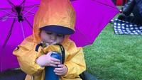 <div>Cuaca di Inggris tak menentu, jadi si kecil terpaksa piknik dengan jas hujan deh. ( Foto: Instagram @michellebbowie)</div>