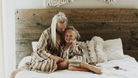 <p>Hmm, nggak heran kala foto Bunda Kelli bareng si kecil dan suami jadi artsy ya, Bun. (Foto: Instagram/kelli_murray)</p>
