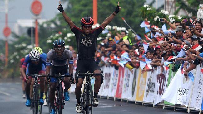 Pebalap Indonesia dari KFC Cycling Team, Abdul Gani meraih podium juara meskipun etape kedua Tour de Indonesia 2018 pada Jumat (26/1) diguyur hujan.