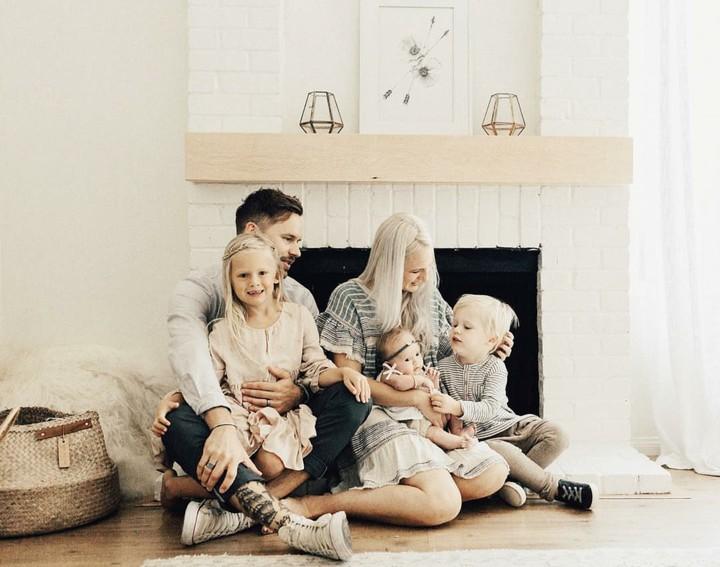 Ingin membuat foto keluarga dengan pose nggak biasa, Bun? Foto-foto keluarga bunda bernama Kelli Murray ini bisa jadi inspirasi nih.