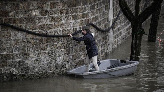 Sebanyak sembilan orang dilaporkan tewas akibat hujan deras yang memicu banjir dan longsor di Prancis, Italia, dan Yunani.