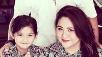 <p>Kalau lihat senyumnya sih mirip sang bunda ya? (Foto: Instagram/ @iko.uwais)</p>