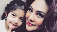 <p>Atreya bersama Bunda Audy. Sama-sama cantik. Setuju, Bun? (Foto: Instagram/ @audyitem)</p>