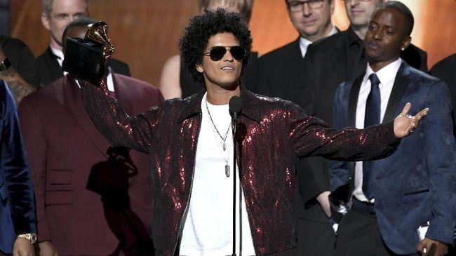 Bruno Mars baru tahu kalau dua lagunya masuk daftar yang dibatasi penyiarannya oleh KPID Jawa Barat. Ia pun 'protes' di media sosial.