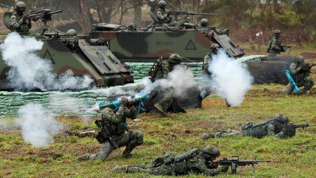 Presiden China Xi Jinping memerintahkan militer untuk menggelar latihan perang di Selat Taiwan sebagai protes atas kedekatan Washington dengan Taipei.