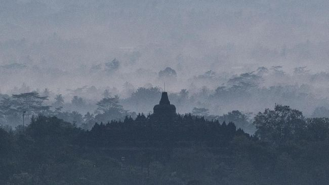 Suasana Candi Borobudur yang difoto dari Punthuk Setumbu, Borobudur, Magelang, Jawa Tengah, Kamis (30/11). ANTARA FOTO/Sigid Kurniawan/18.