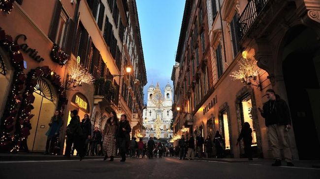 Sejumlah regulasi baru akan diberlakukan guna menertibkan sikap turis di Roma, Italia.