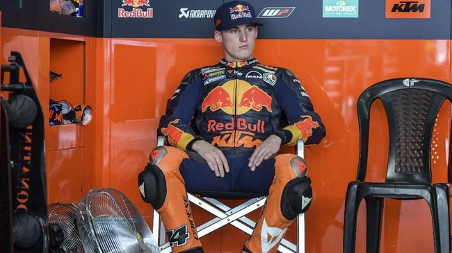 Red Bull KTM Factory Racing's Spanish rider Pol Espargaro sits inside his team garage during the first day of the 2018 MotoGP pre-season test at the Sepang International Circuit in Sepang on January 28, 2018. / AFP PHOTO / MOHD RASFAN