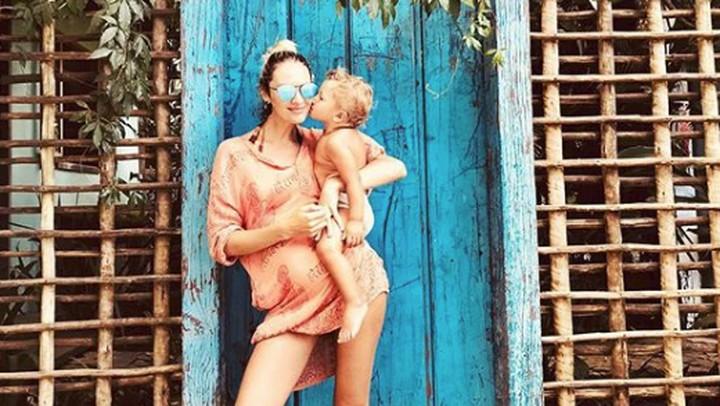 <p>Muah! Dicium sang putra sulungnya, Anaca. (Foto: Instagram @angelcandices)</p>