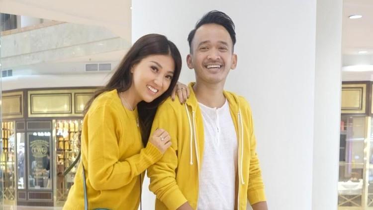 Ruben Onsu dan Sarwendah merayakan ulang tahun pernikahannya yang kelima. Masing-masing punya pesan romantis dan harapan.