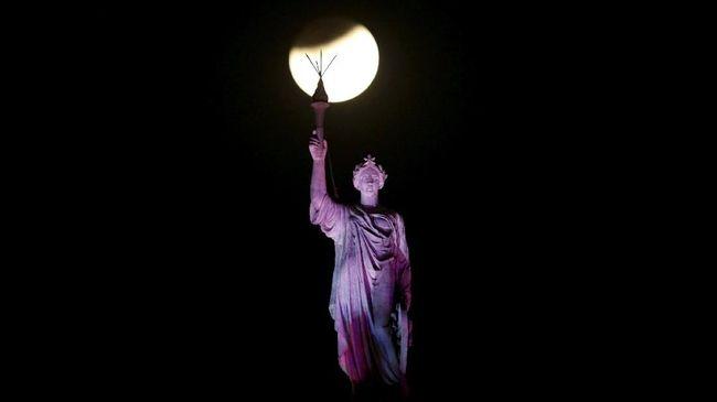 Gerhana bulan total terlama akan menghiasi langit pada Sabtu (28/7) dini hari. Sejumlah negara menyimpan mitos mengenai fenomena tersebut.