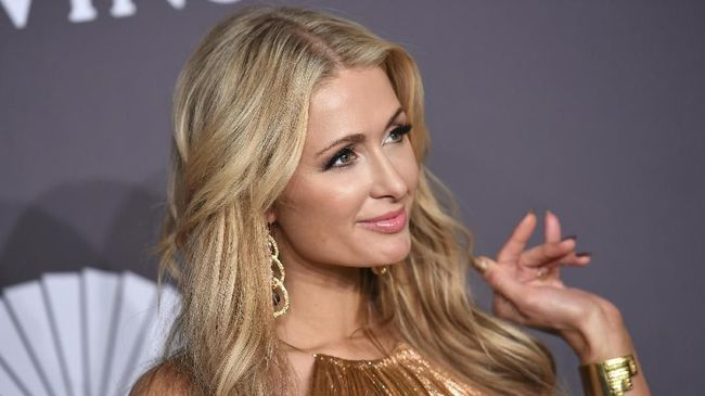 Seolah sedang galau namun mencoba tegar, Paris Hilton mengunggah sebuah kutipan di media sosial yang menyiratkan kandasnya hubungan dia dengan sang tunangan.