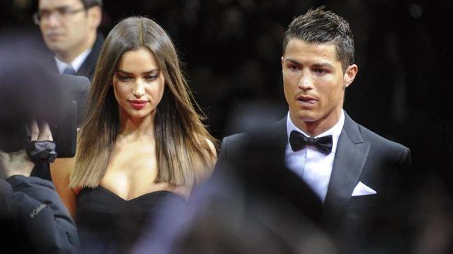 Cristiano Ronaldo disebut-sebut masih cemburu melihat kemesraan sang mantan, Irina Shayk, dengan aktor Hollywood, Bradley Cooper.