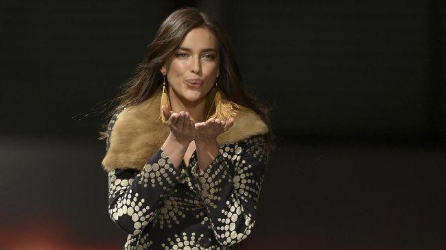 Irina Shayk berlenggak-lenggok di catwalk di Florence, Italia, setelah putus dari Bradley Cooper.