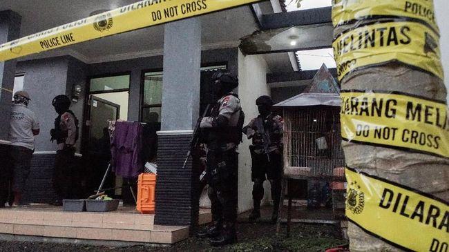 Densus 88/AT Polri menangkap seorang terduga teroris di Solo. Hasil penggeledahan di rumahnya, aparat temukan petunjuk cara meramu bahan kimia.
