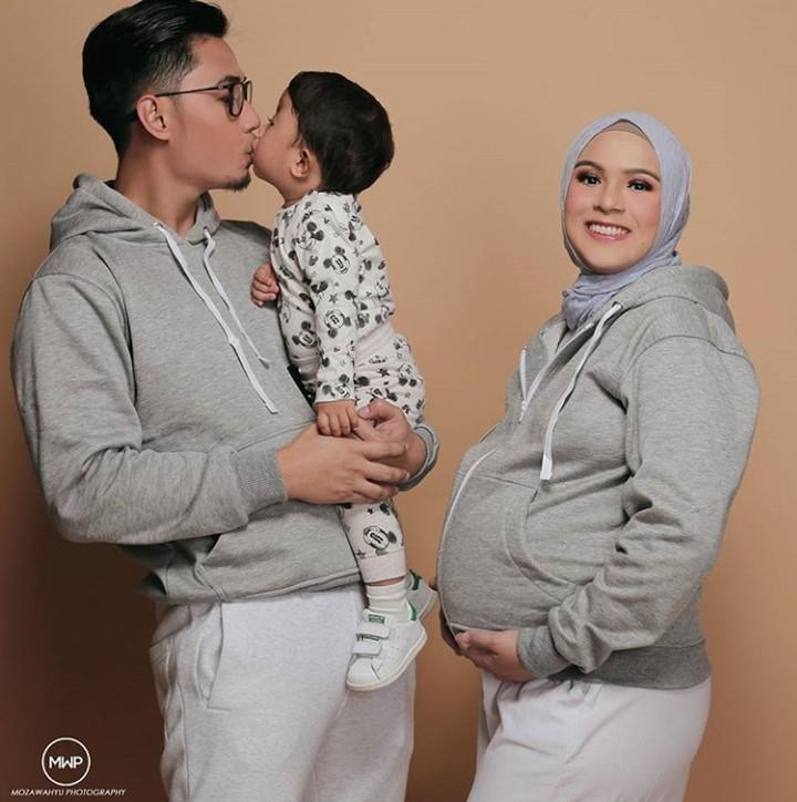 <p>Personel lengkap nih, ayah, bunda, anak pertama, dan calon anak baby di perut Nycta Gina. (Foto: @mozawahyu)</p>