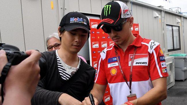 Valentino Rossi menaruh simpati pada Jorge Lorenzo yang tampil buruk bersama Ducati di awal MotoGP 2018.