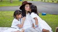 <p>Aih senangnya dapat ciuman dan pelukan dua putri kecil yang manis. (Foto: Instagram @ririndwiariyanti)</p>