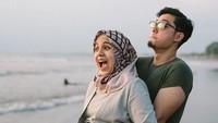 <p>Ceritanya lagi main ke pantai terus mau digendong sama suami tercinta. (Foto: Instagram @missnyctagina)</p>