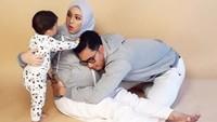 <p>Anak peluk ibu, ibu peluk anak, ayah peluk ibu. Saling berpelukan gitu... (Foto: @mozawahyu)</p>