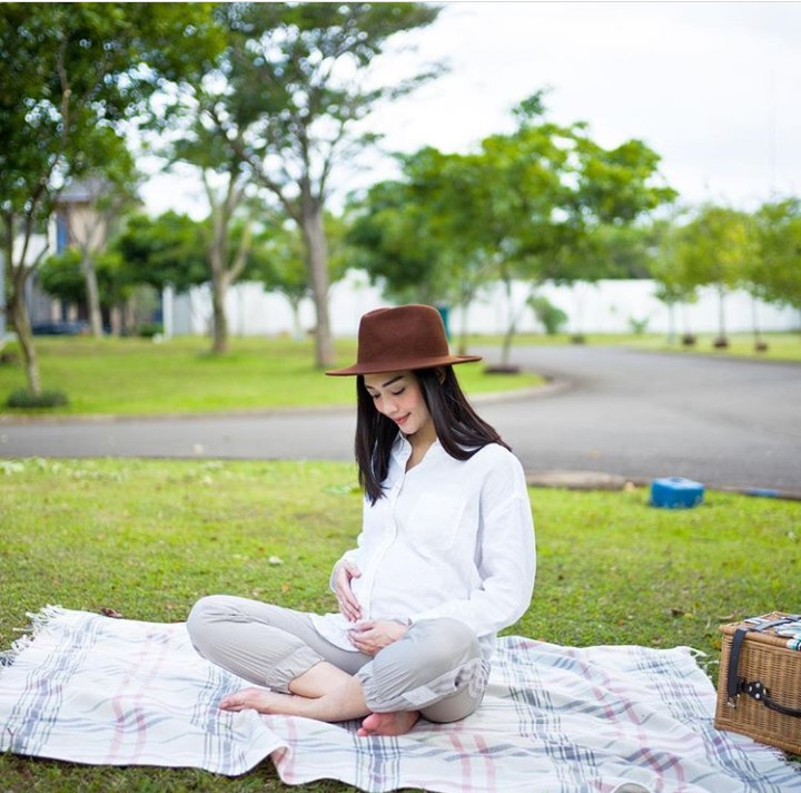 Aktris Ririn Dwi Ariyanti sedang hamil untuk ketiga kalinya. Lihat wajahnya, super happy ya.