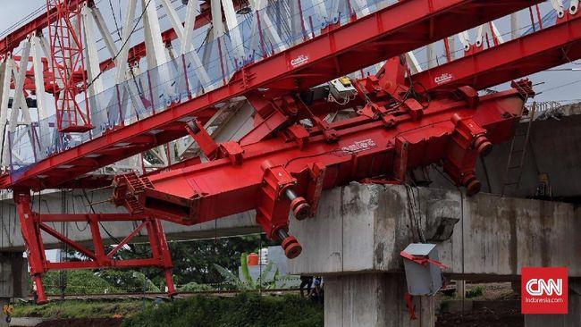 Saat crane proyek rel ganda terguling di Jalan Cipaku, Kota Bogor, pada Minggu (6/6) petang lalu kondisi cuaca sekitar sedang hujan.