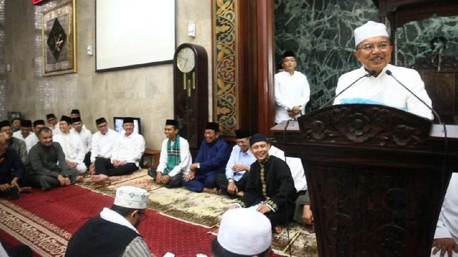 Wakil Presiden Jusuf Kalla menyatakan, ustaz atau ulama boleh melakukan ceramah bermuatan politik di masjid, dengan syarat, tak melakukan kampanye.