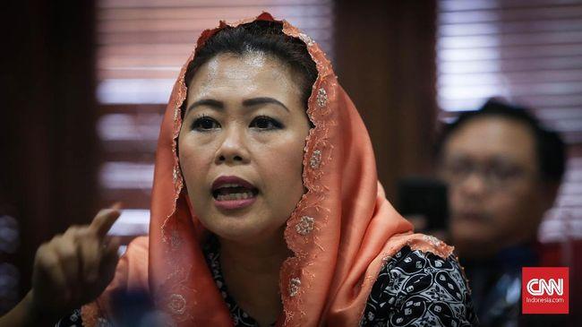 Tokoh politik Yenny Wahid mengomentari gagasan 02 Prabowo Subianto menaikkan gaji birokrat untuk menanggulangi korupsi, sebagaimana disampaikan dalam debat.
