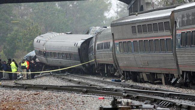 Sebuah kereta penumpang Amtrak yang pindah jalur rel menabrak kereta barang yang sedang parkir di Carolina Selatan, Amerika Serikat, 2 tewas, Minggu (4/2).