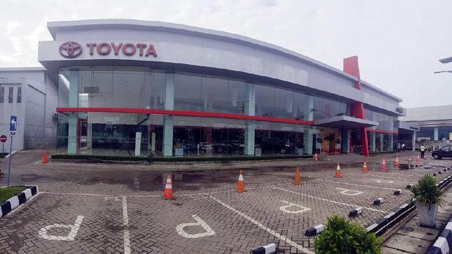 Auto2000, dealer Toyota di Tuban, mengaku menerima banyak pesanan mobil baru dari petani miliarder Tuban, dan sampai perlu minta stok dari dealer lain.