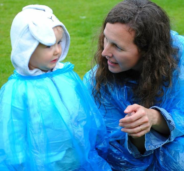 Coba deh, Bun, lihat gaya anak-anak ini pakai mantel dan boots saat hujan. Bikin gemas!