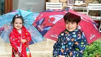 <p>Kompaknya kakak adik ini. Udah siap dengan 'kostum lengkapnya' di kala hujan. (Foto: Instagram/ @drselinalponat) </p>