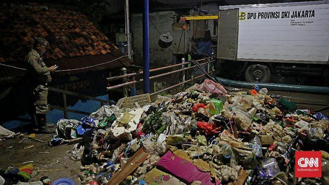 Petuga Stasiun Pompa Pengendali Banjir mengatakan sampah telah menutup saringan pompa sehingga banjir tak kunjung surut di Pengedegan, Jaksel.