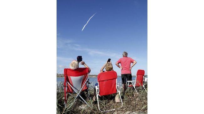 SpaceX akan melakukan uji coba peluncuran puluhan satelit internet pekan depan.