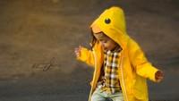 <p>Ya ampun! Gemas banget sih, Nak, lihat kamu pakai boots dan mantel hujan bebek kayak gitu. (Foto: Instagram/ @shoshjphotos) </p>