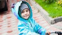 <p>Dengan mantel birunya yang bikin dia makin menggemaskan, mau ke mana ya si kecil yang satu ini? (Foto: Instagram/ @katya_bebefoto) </p>