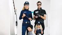 <p>Kali ini orang tuanya jadi polisi dan si bungsu jadi penjahatnya. Hi-hi lucunya. (Foto: Instagram/happygreylucky)</p>