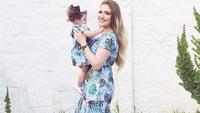 <p>Dress bernuansa biru yang dipakai bikin penampilan bunda dan si kecil makin cantik. (Foto: Instagram/jemartins22)</p>