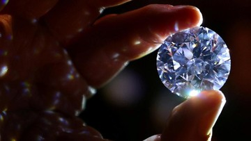 An assistant holds a 102.34 carat white diamond at Sotheby's auction house in London, Britain February 8, 2018. REUTERS/Hannah McKay     TPX IMAGES OF THE DAY