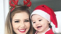 <p>Pakai kostum kembaran si kecil di kala Natal. Gemas! (Foto: Instagram/jemartins22)</p>