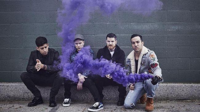 Menyambut konser gabungan bertajuk Hella Mega Tour pada Juni 2020, Fall Out Boy, Green Day, dan Weezer telah mengedarkan video promo yang cukup absurd.