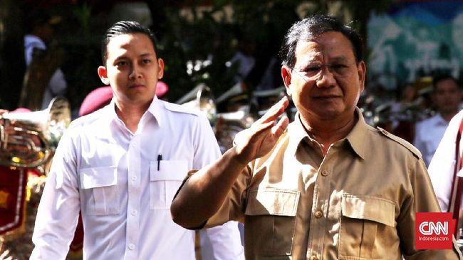 Para kader Gerindra yang mengenakan kemeja putih terdengar menyerukan Prabowo presiden ketika mantan Danjen Kopassus itu tiba di DPP Gerindra.