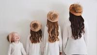 Foto ini bermodal baju seragam putih hitam dan topi kembaran. (Foto: Instagram/mayyabor)