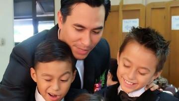 Begini Nih Keseharian Darius Sinathrya Bersama Anak-anaknya