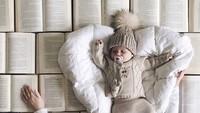 Properti foto ini cuma buku-buku dengan ukuran sama, disusun dan dijajarkan di lantai, lalu dijadikan alas tidur ibu dan bayinya. Simpel kan, Bun? (Foto: Instagram/mayyabor)