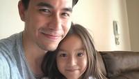 <p>Kayaknya si bungsu Sabrina dekat banget ya sama ayahnya. (Foto: Instagram/darius_sinathrya)</p>