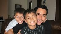 <p>Darius bersama kedua jagoannya, Lionel dan Diego. (Foto: Instagram/darius_sinathrya)</p>