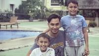 <p>Kesukaan Darius pada sepakbola ternyata menurun pada anak-anaknya. (Instagram/darius_sinathrya)</p>