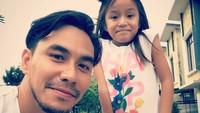 <p>Aktor sekaligus presenter ini senang banget ngabisin waktunya bareng si kecil. (Instagram/darius_sinathrya)</p>